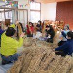 藁でミニほうき作り体験